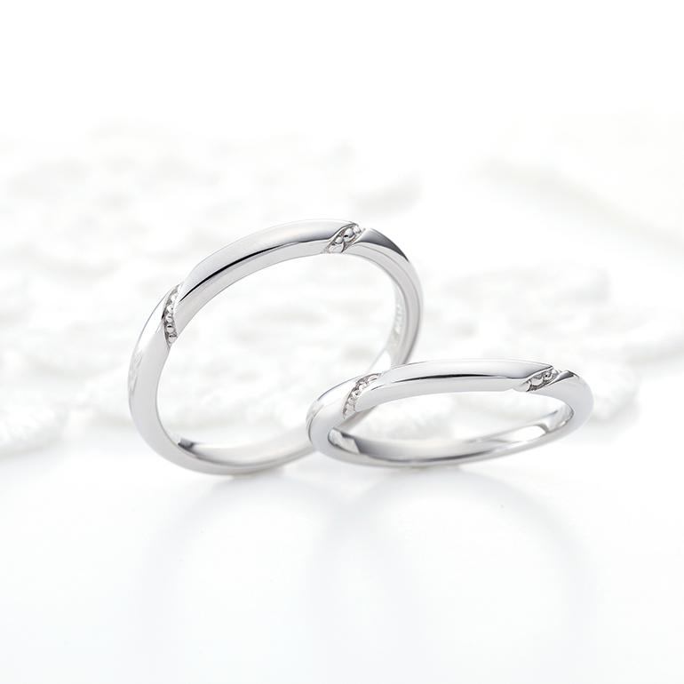 さりげなくミル打ちが入ったシンプルな結婚指輪は男性女性問わず人気があります。
