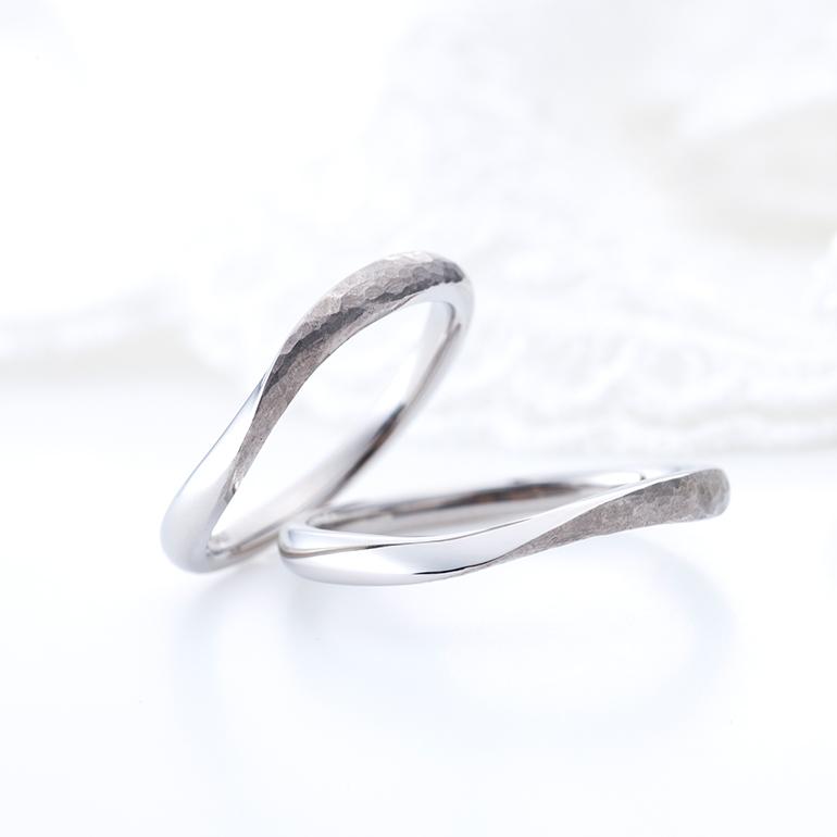 お指輪をきれいに見せてくれるSライン。半分ハンマー打ちになっていてぬくもりのある優しい印象の結婚指輪
