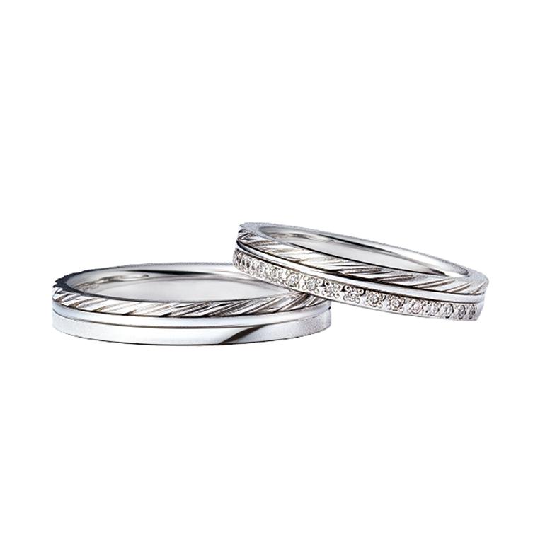 ふたりの絆をあらわすロープモチーフの柄がアクセント。3つの指輪を重ねたような珍しいデザインです。