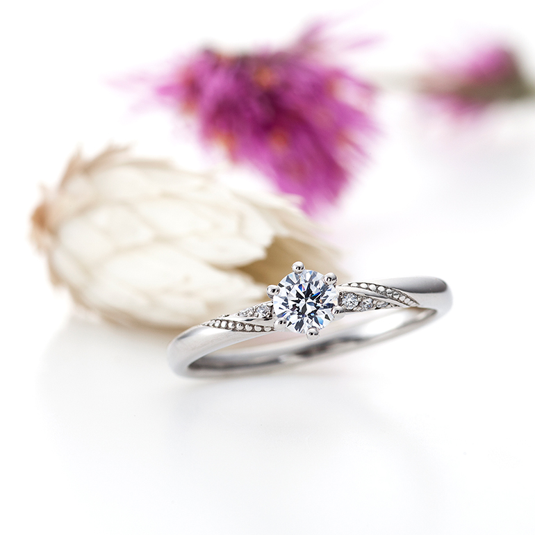 ストレートラインに斜めにダイヤモンドとミル打ちが入る事により動きがでてスッキリとした印象に