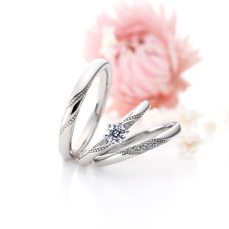 ミル打ちが華やかさを演出している婚約指輪と結婚指輪のセットリング