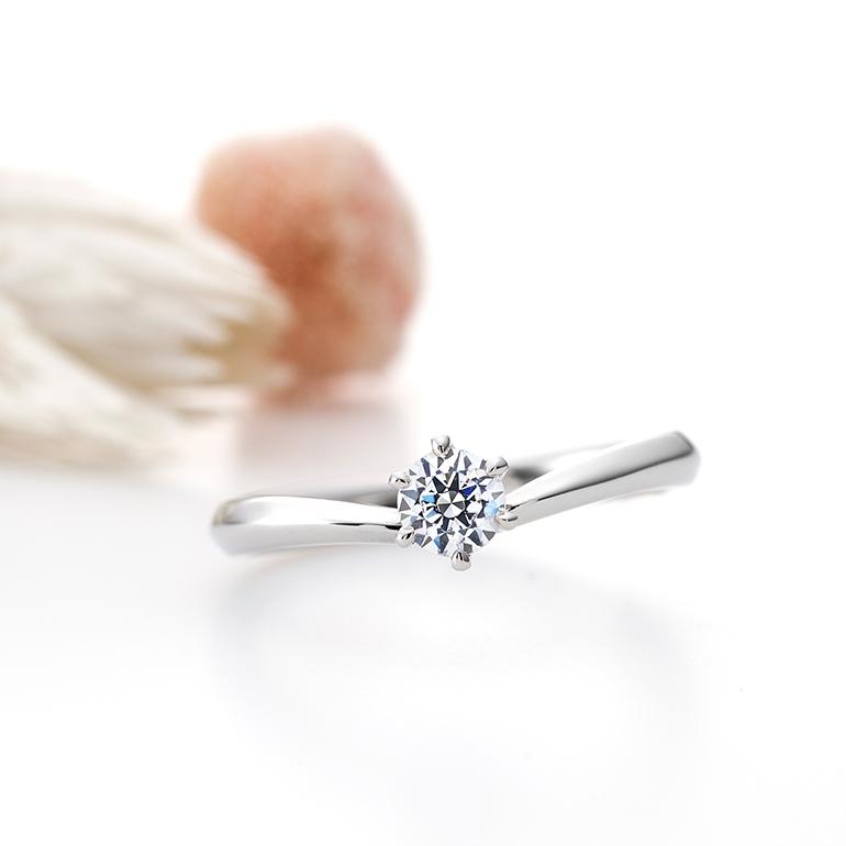 ダイヤモンドが引き立つようにシンプルなデザイン。アームが山になっていてよりお指をきれいに見せてくれます。