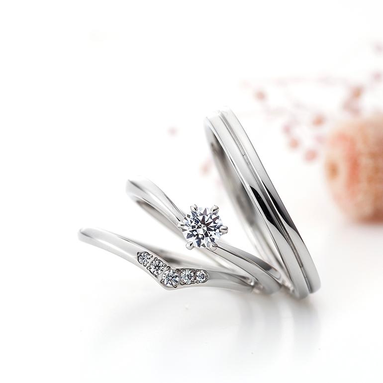 シンプルなVラインの婚約指輪はお指をきれいに見せてくれます。結婚指輪もシンプルなVライン