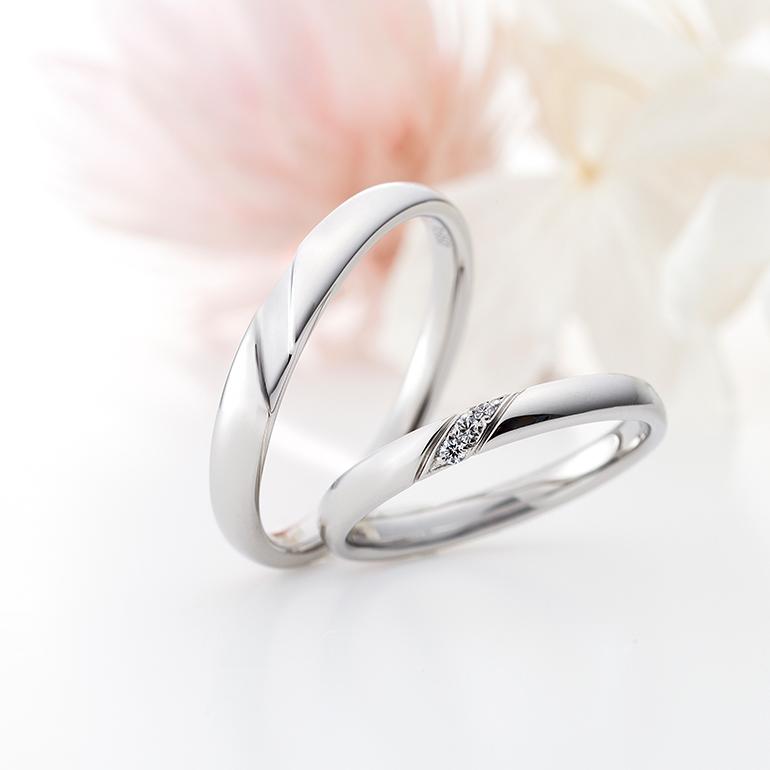 シンプルなストレートラインの結婚指輪は指の形を選びません。