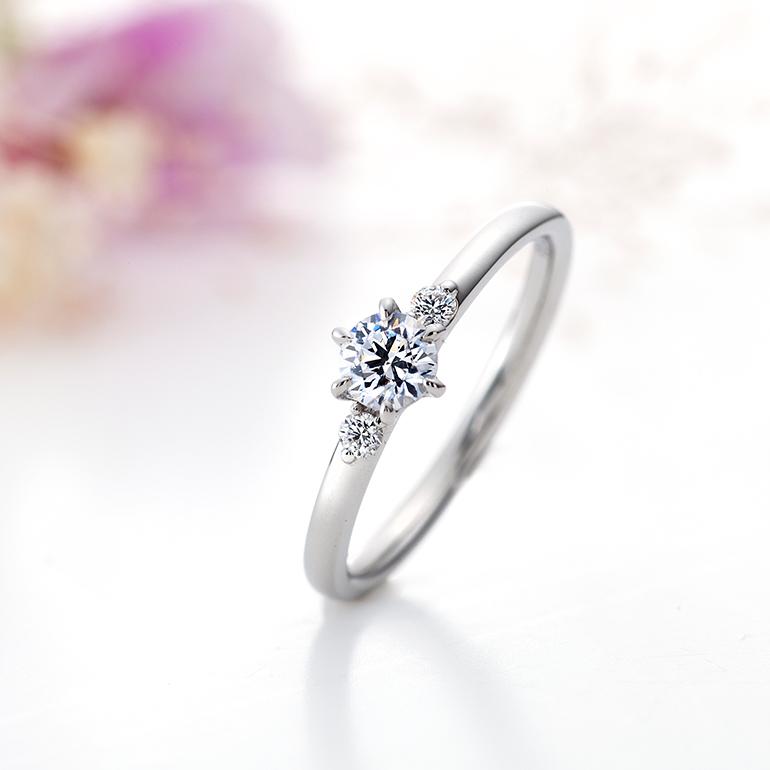 ダイヤモンドが引き立つように華奢でストレートな婚約指輪。両サイドにはグランバーガー社のメレダイヤモンドが輝きます