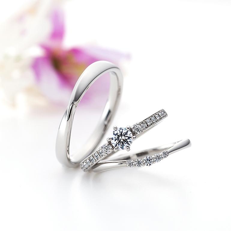 ハーフエタニティタイプのゴージャスな婚約指輪と華奢でシンプルな結婚指輪のセットリング