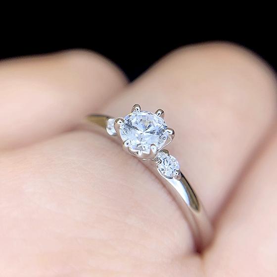 婚約指輪の正統派デザインですがこのサイドメレダイヤモンドのセットはマルグリットならでは。
