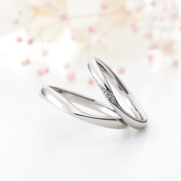 結婚指輪も緩やかなカーブが特徴。センターに向かって絞ったデザインなのでお指をきれいに見せてくれます。