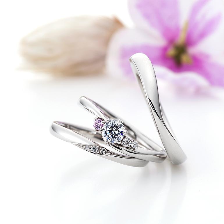 柔らかなカーブが優しい雰囲気を醸し出す婚約指輪と結婚指輪のセットリング