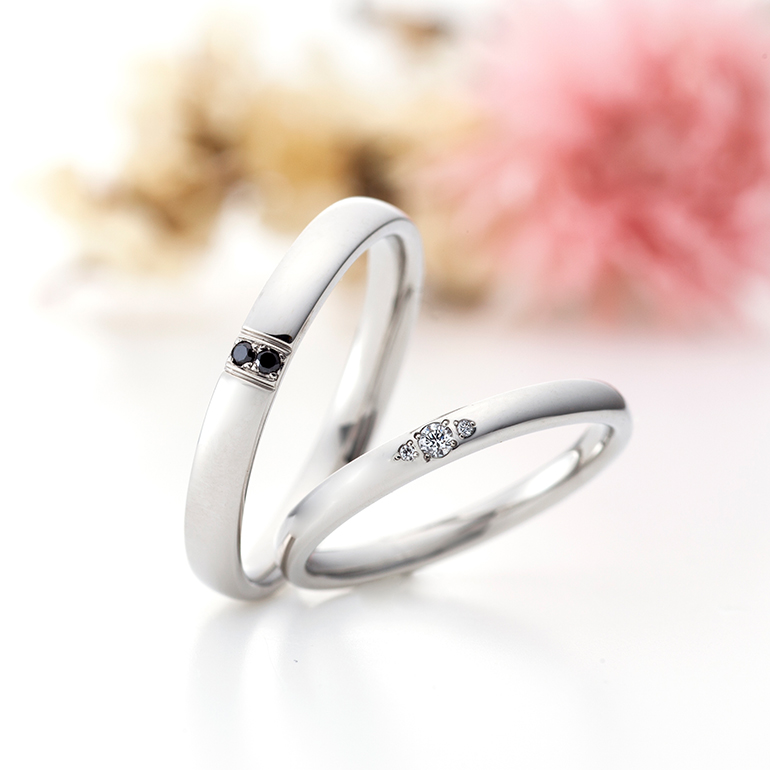 ダイヤモンドの留め方が個性的な結婚指輪。men'sにはブラックダイヤモンドが輝きます