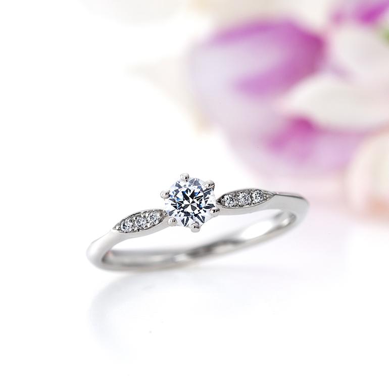 センターダイヤモンドを引き立てるように両サイドにメレダイヤモンドが3石づつデザインされています。