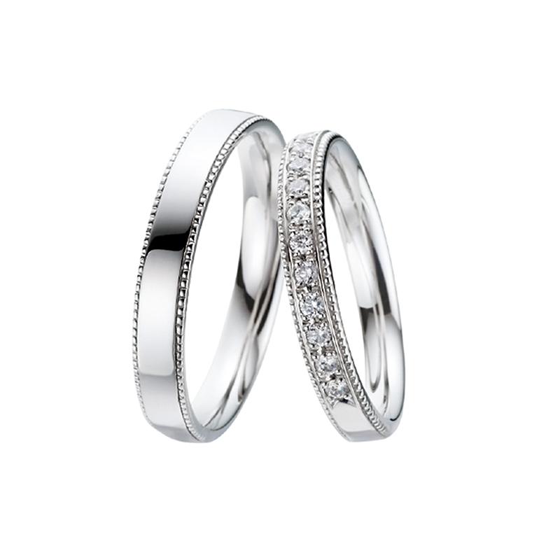 両サイドのミル打ちが特徴のリング。レディースは敷き詰められたダイヤがゴージャスです。