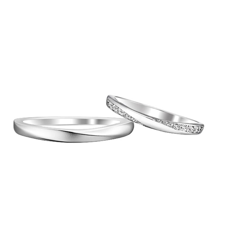 斜めラインのサイドにメレダイヤモンドが施されており、指を動かす度に目を惹かれます。
