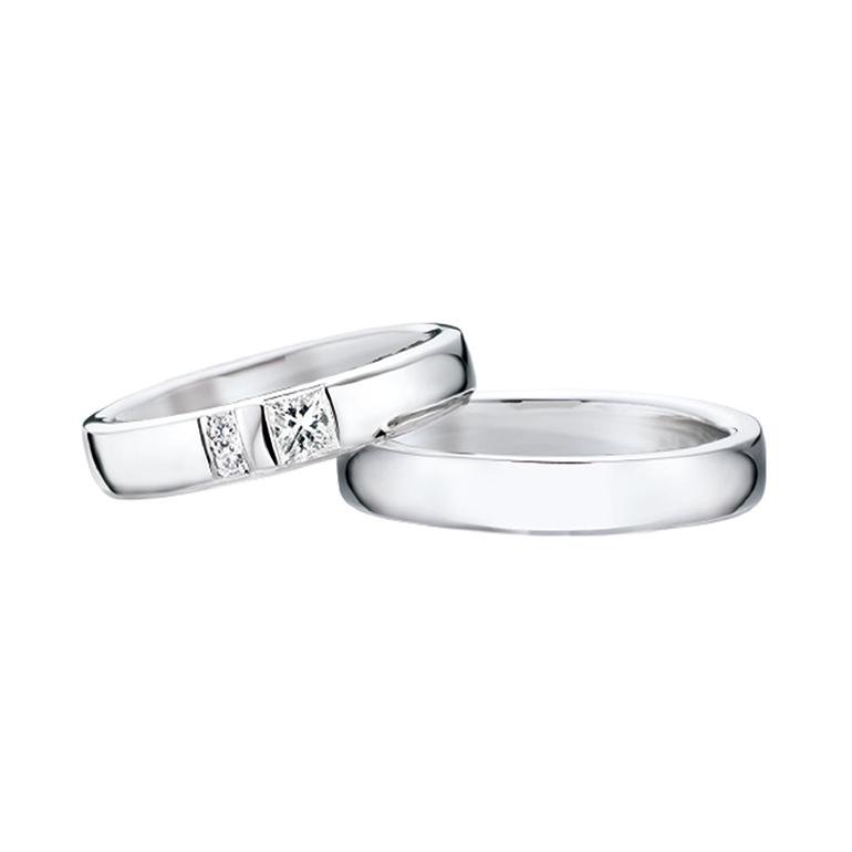 シンプルで着けやすいリング。レディースにはメレダイヤがふたつ、より輝きを見せています。