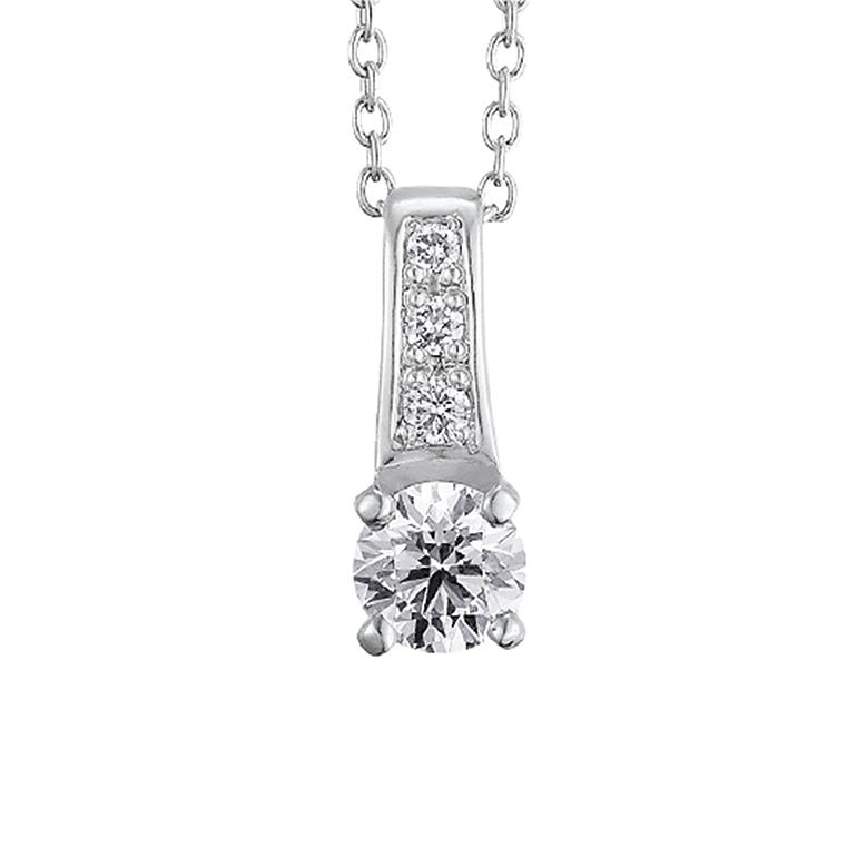 ダイヤモンドが贅沢に施されていてとてもゴージャス。自慢したくなるようなネックレス。