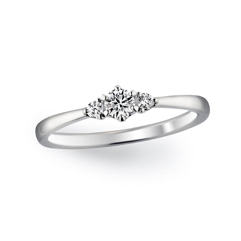 サイドの小さなダイヤが中心のダイヤを目立たせます。つけやすいデザイン。