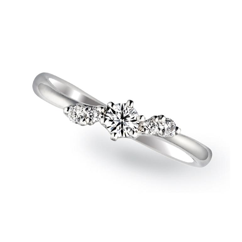 サイドのダイヤが波の動きをしているようなデザイン。かわいらしい婚約指輪です。