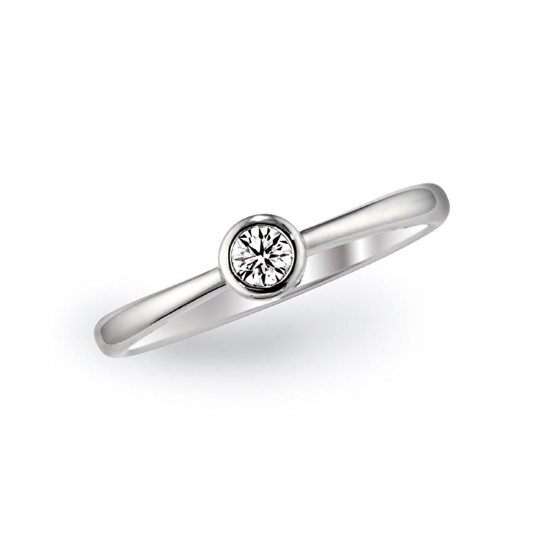 中心のダイヤがとっても存在感がある婚約指輪。どこでもつけられるデザインです。