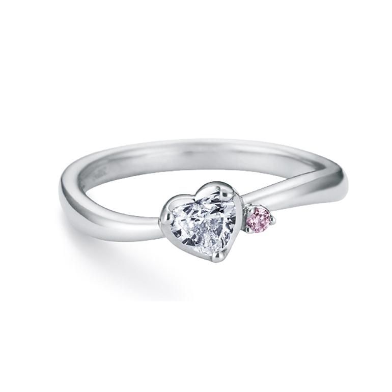 ハートが可愛らしい婚約指輪。ピンクダイヤモンドが支えるように寄り添っています。ウェーブラインが指を細く見せる効果があります。