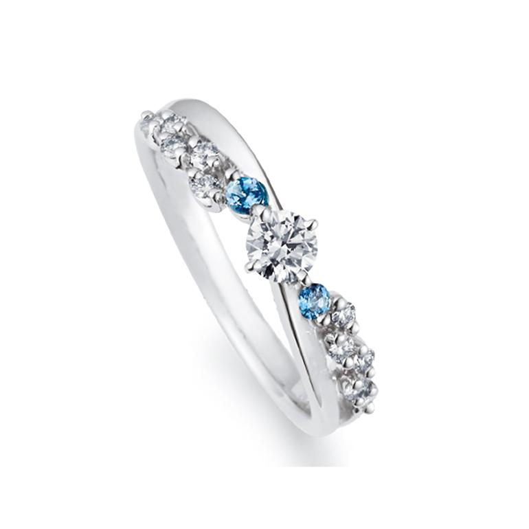 中心のダイヤから波がでているようなデザイン。全体にダイヤが施されているのでとってもゴージャス。アクアマリンがアクセントです。