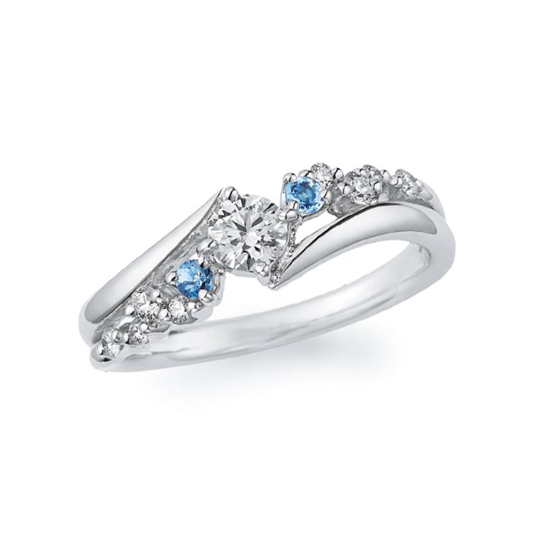 アクアマリンがダイヤモンドのきらめきを引き立てる華やかなリング。広がりのある優雅なデザインです。