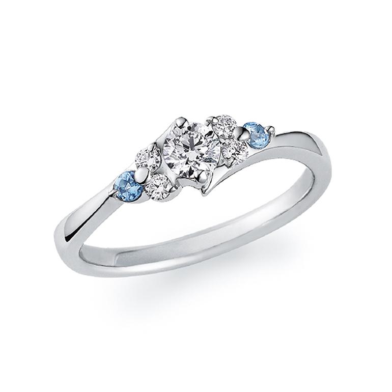 なだらかなアームのラインに沿ってアクアマリンとダイヤモンドがセンターストーンに寄り添う花束のようなデザイン。