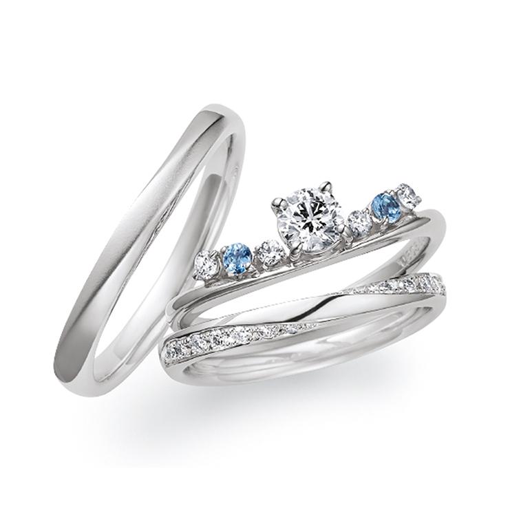 アクアマリンがアクセントになった王冠のような婚約指輪と結婚指輪のセットリング