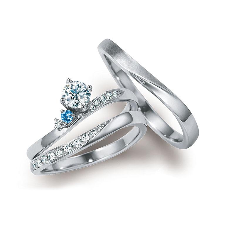 ウェーブラインに流れるようにデザインの入ったゴージャスな婚約指輪と結婚指輪のセットリング。
