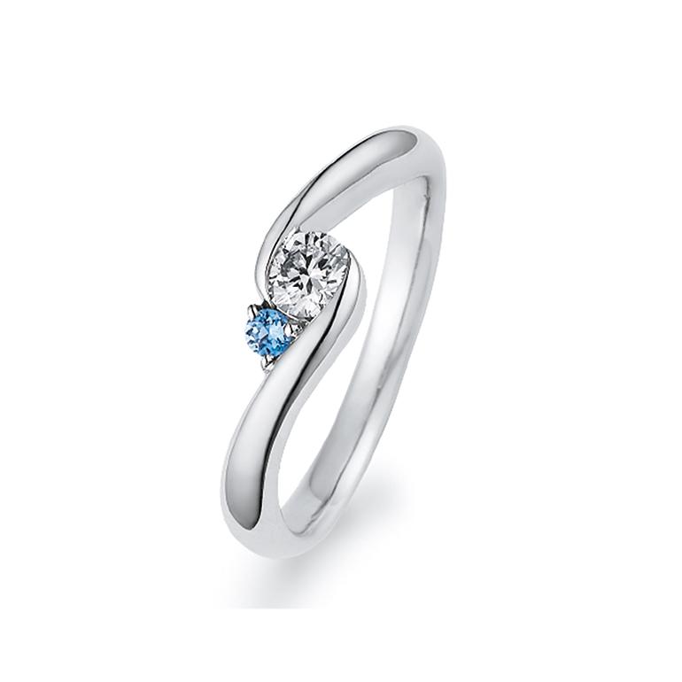 シンプルな中にもアクアマリンが光り、またダイヤを抱え込む様なデザインで周りと差がつくエンゲージリングです。