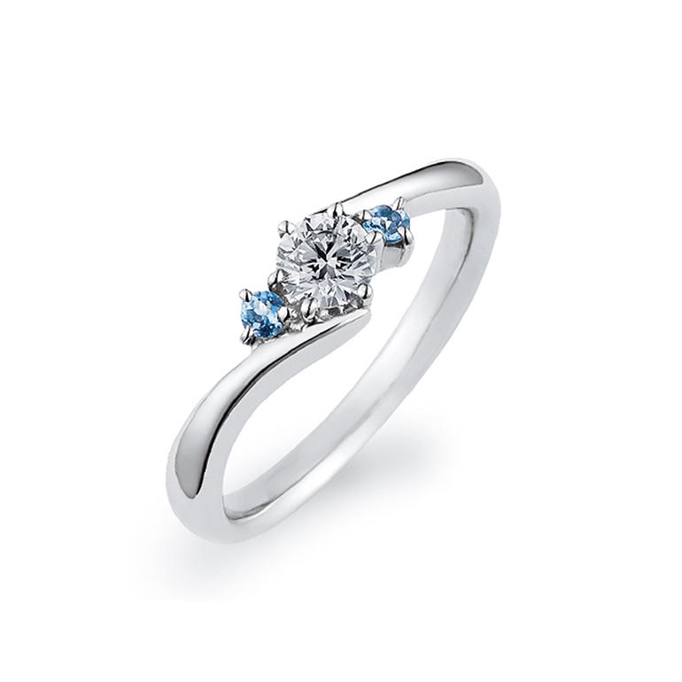 イノセントブルーアクアマリンの深みのあるブルーを堪能できるシンプルなデザインのリング。交差するようなアームは指をきれいに見せてくれます。