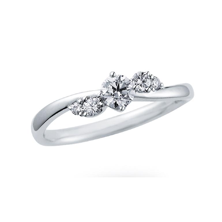 ツイストを描くようなアームがロマンティック。サイドのダイヤで更にボリュームを出しています。