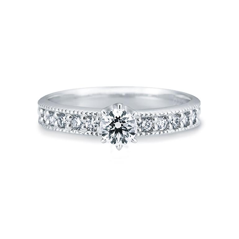 前面に敷き詰められたダイヤがゴージャス感を表現します。どこから見ても輝きを放ちます。