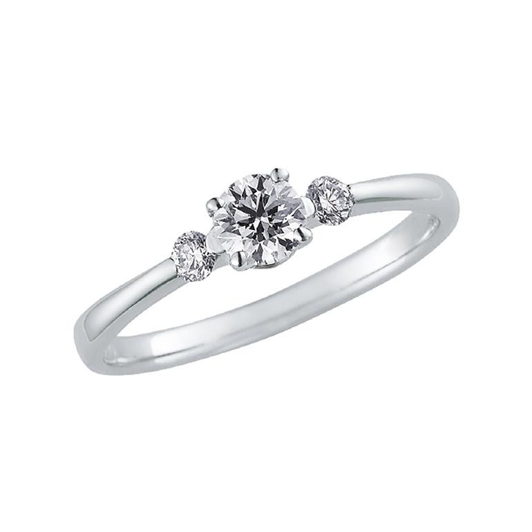 センターストーンの引き立てる左右のダイヤモンドによって気品が出る婚約指輪。