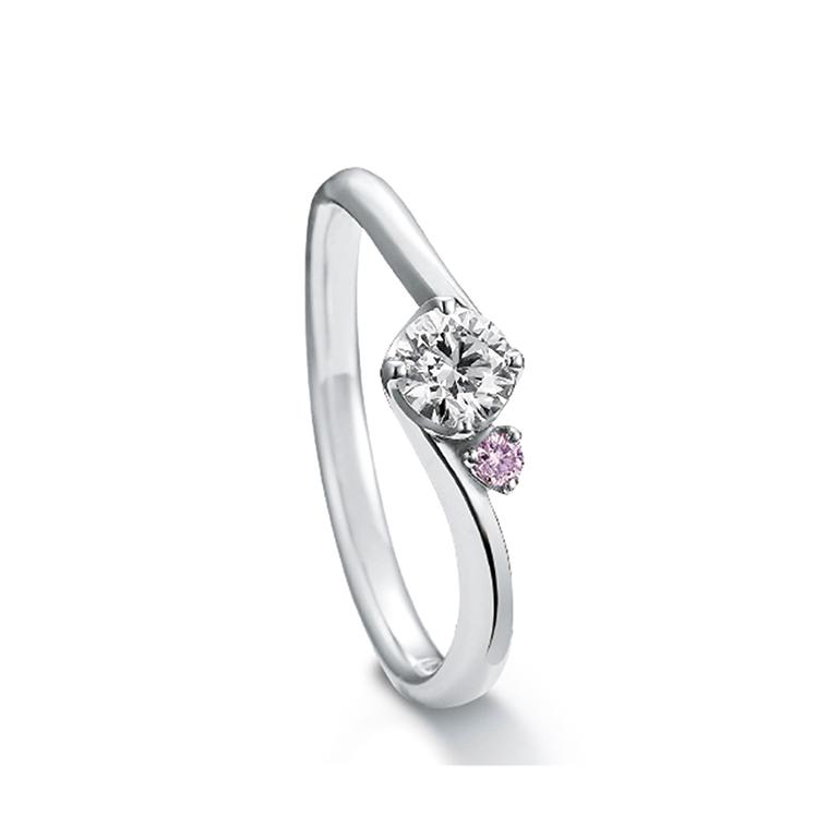 クロスするアームのデザインが指をほっそり見せてくれます。ピンクダイヤがさりげない可愛らしさを表現します。