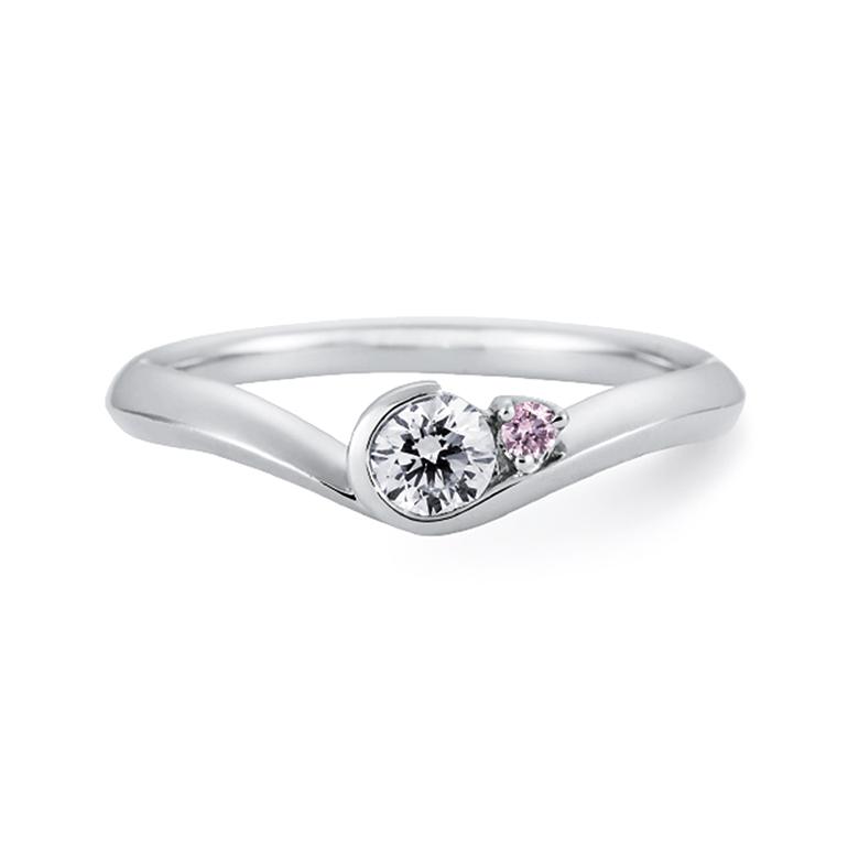 v字デザインが指を細く綺麗に見せてくれます。ダイヤが包まれているように支えられています。