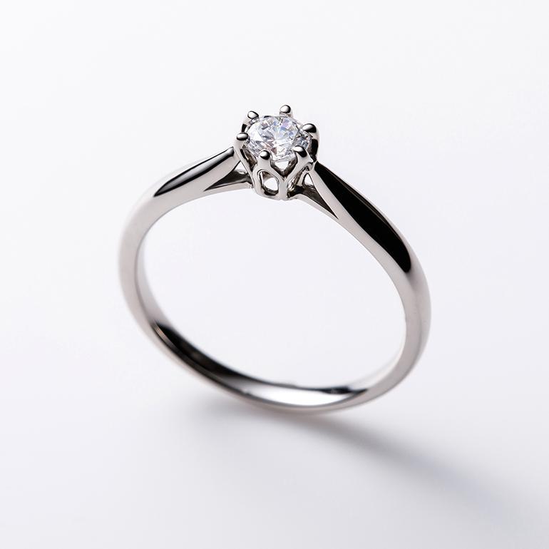 高さのある透かし模様の台座がダイヤモンドを引き立てます。シンプルな王道デザインですが可愛さがあります。
