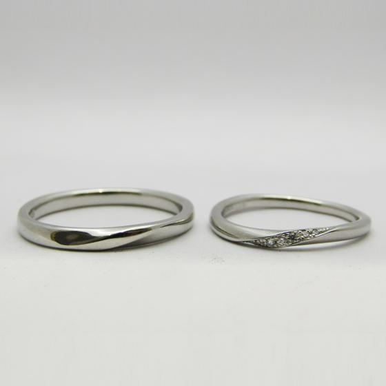 >婚約指輪に重ね付けしてもボリュームが出過ぎないように細身の結婚指輪。