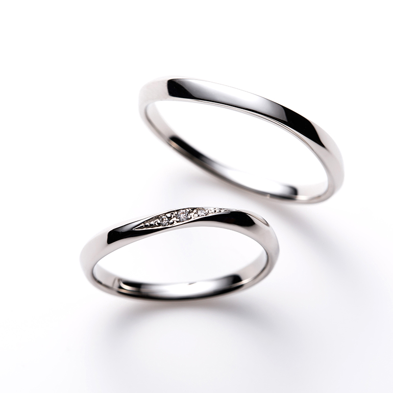 シンプルなウェーブラインの結婚指輪は身につけやすさNo1。レディースにはアクセントとしてメレダイヤモンド3石で華やかさを演出。