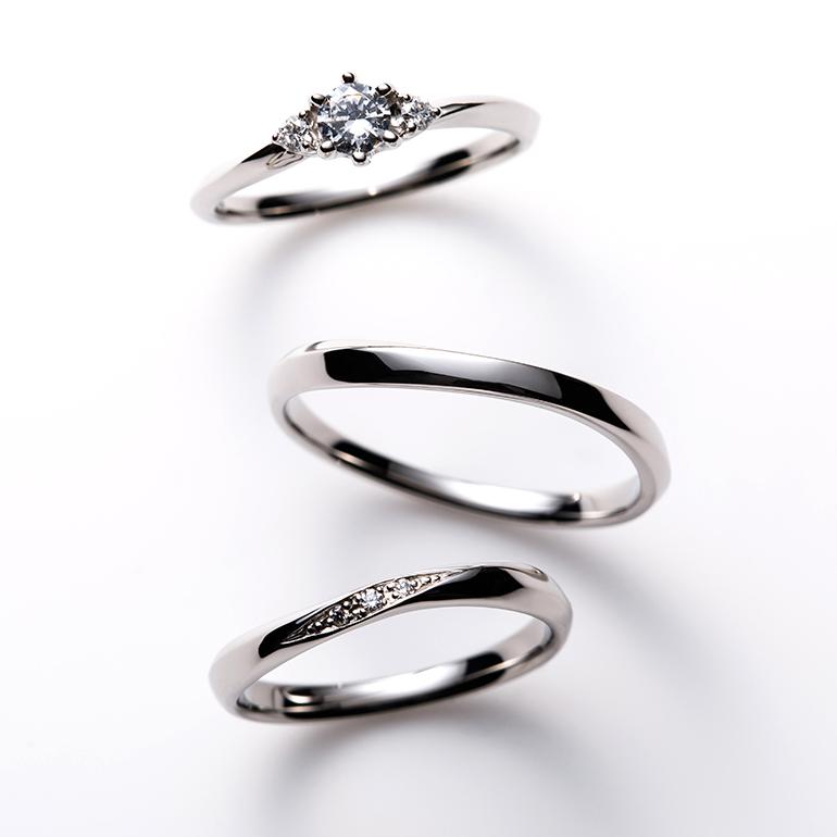 緩やかなSラインのセットリング。婚約指輪は華やかさがあり、結婚指輪はシンプルで身につけやすいデザイン。