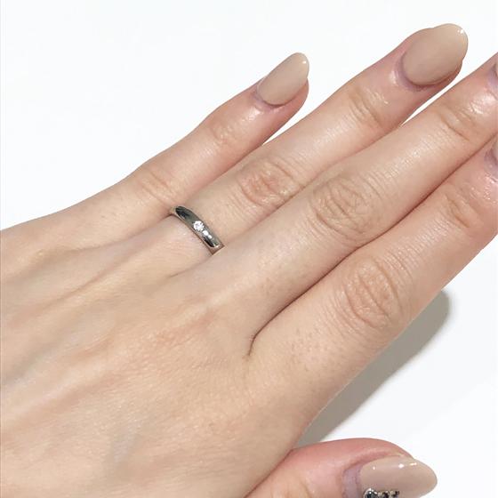 一粒のダイヤがさりげなく輝きます。