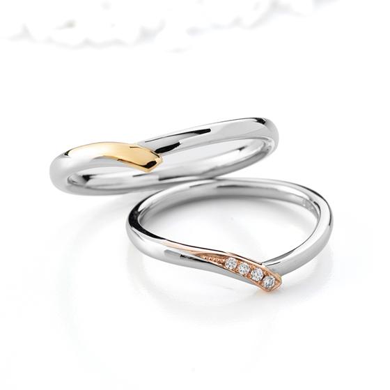 お指をきれいに見せてくれるVラインの結婚指輪。プラチナとゴールドの色味がお洒落さをUPしてくれます。