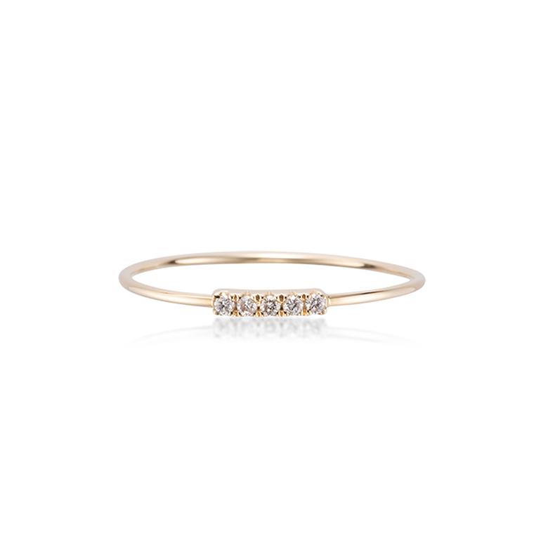 ダイヤモンドが5ピース一列に並んだバータイプの華奢なリング。一本でも、重ね付けも両方おすすめです。