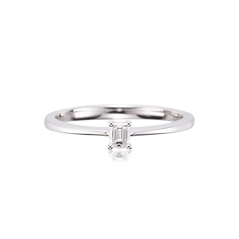シンプルなフォルムに大胆なスクエアカットのダイヤモンドが個性的なリング。