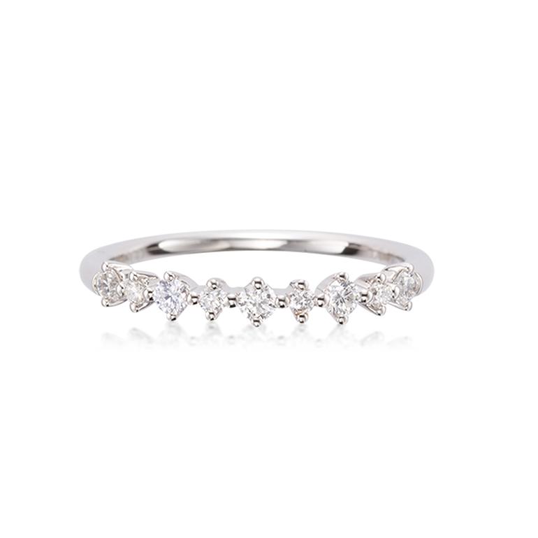 大きさの異なるダイヤモンドを交互にデザインしたゴージャスなハーフエタニティリング。