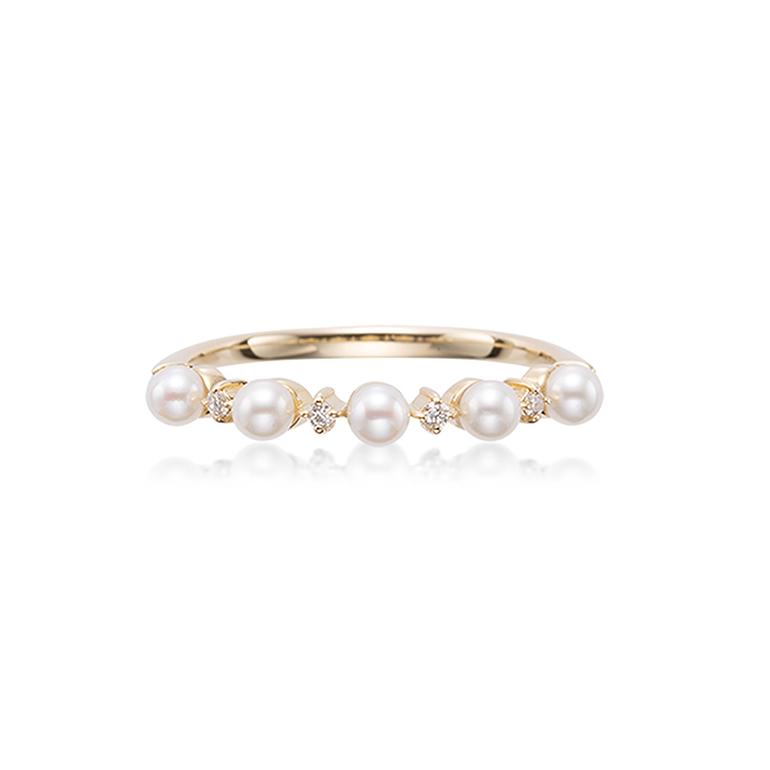 艶やかなベビーパールとダイヤモンドが交互にデザインされたアンティーク感のあるリング。