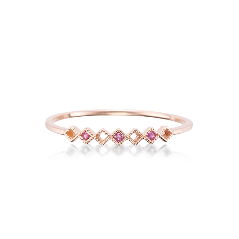 ダイヤ柄にルビーがセッティングされたアンティーク感のあるリング。