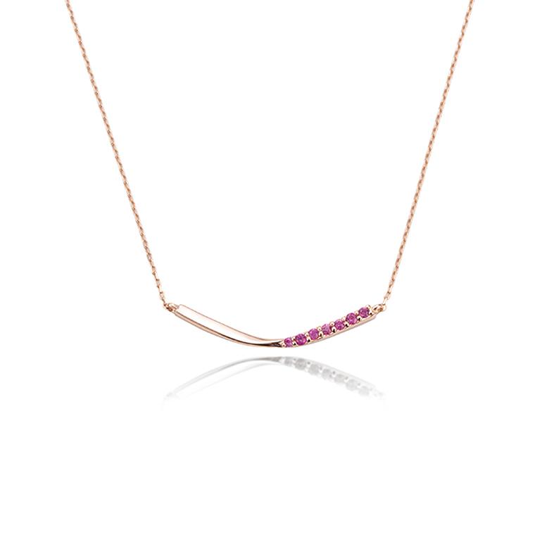 7個のルビーとピンクゴールドが華やかな大人っぽいネックレス。