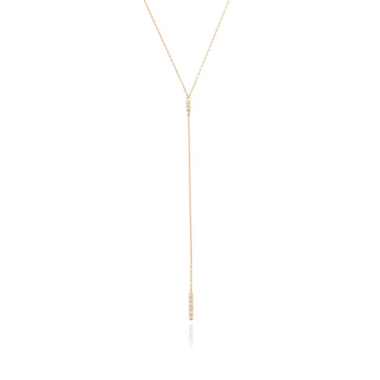 人気のあるY字チェーンのネックレス。ダイヤモンドが敷き詰められたバーがオシャレ。