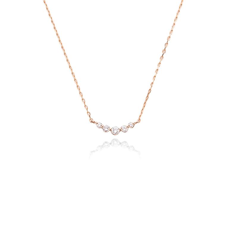 ダイヤモンドの大きさがグラデーションになっている5ストーンシリーズ。胸元を華やかにしてくれます。