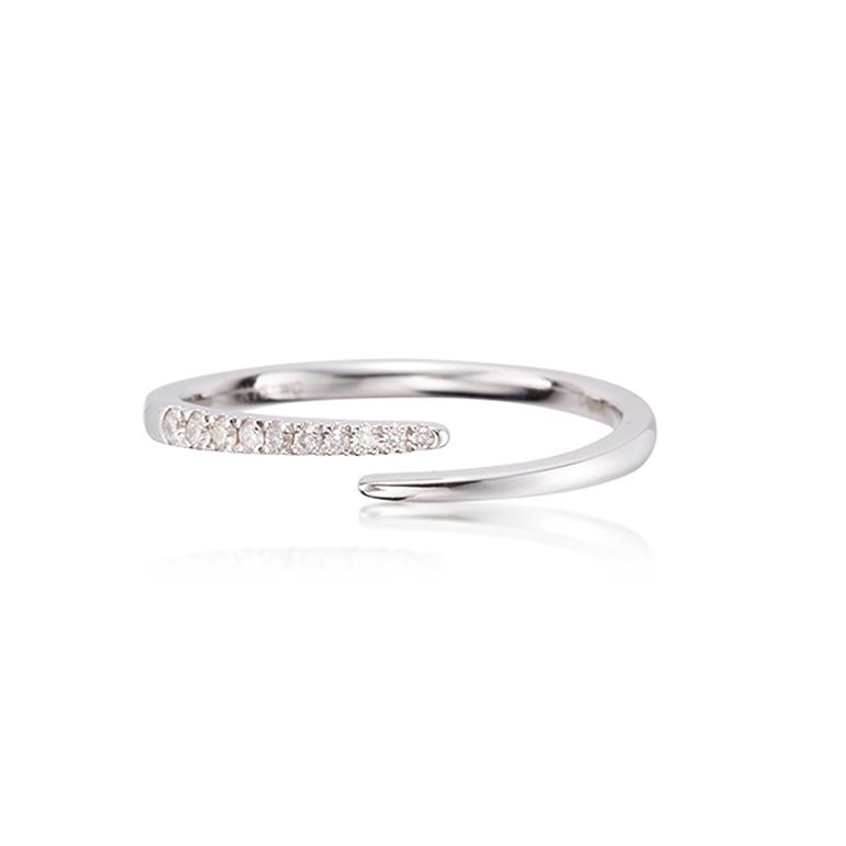 夜空に流れる流星をイメージしたダイヤモンドリング。ダイヤモンドの大きさがグラデーションになっていてとても素敵です。
